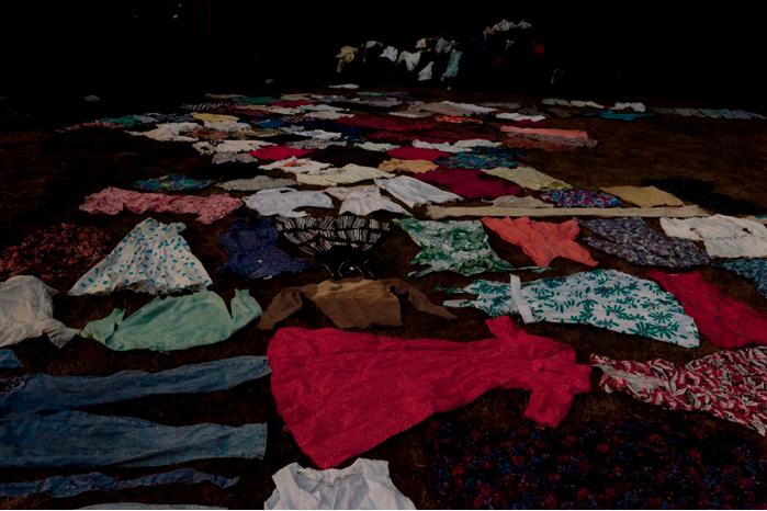 Auspackte Kleider im Garten verteilt